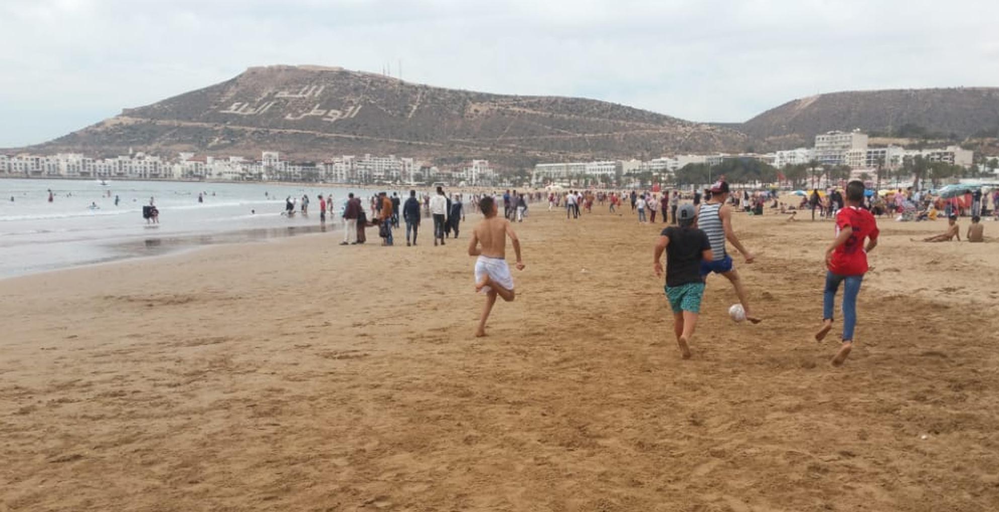 Full dribbling med den klassiska Agadir-vyn i bakgrunden, berget där staden låg innan jordbävningen 1960.